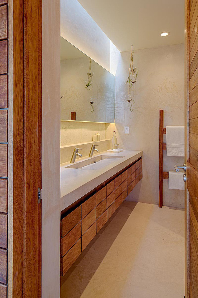 8. Căn phòng tắm nhỏ bé rõ ràng trông rộng rãi hơn nhiều với sự có mặt của chiếc gương gắn tường có hệ thống đèn âm bên dưới.