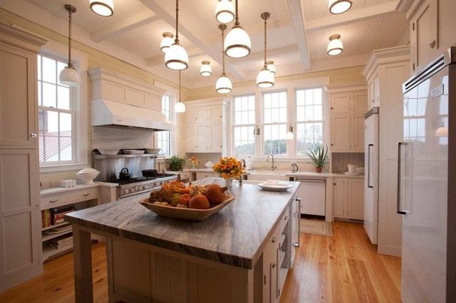 8. Ở thiết kế này, chủ nhân đã khéo léo kết hợp hệ thống chiếu sáng phía trên làm điểm nhấn bắt mắt cho toàn bộ khu bếp hiện đại.