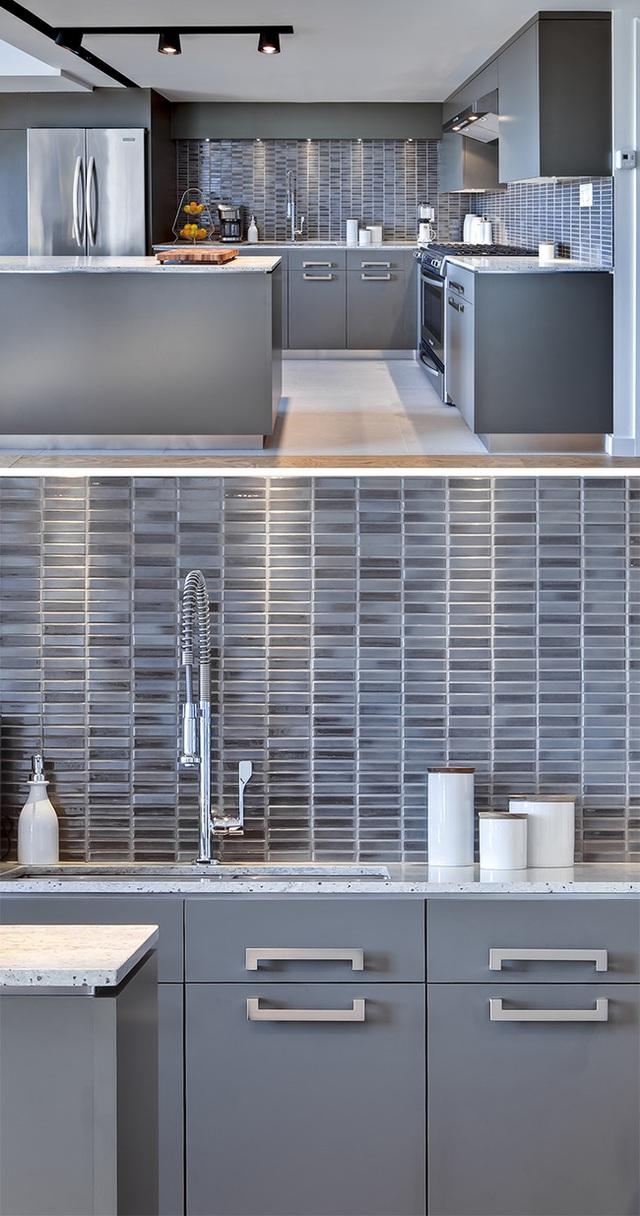 Để không tăng thêm sự đơn điệu, nhàm chán, căn bếp lực chọn loại gạch ốp cùng màu xám nhưng được kết hợp với sắc độ đậm nhạt khác nhau để trở nên sinh động hơn.