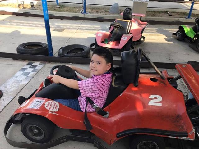 Kenzi thích thú vì được lái xe đua với bạn bè.