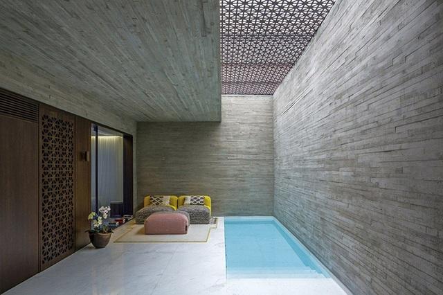 Bồn tắm chìm Sunken có mối liên hệ mật thiết với ý tưởng của một spa, trông rất tự nhiên và thư giãn. Nằm ở Sau Paulo, Brazil, spa giống như một ốc đảo trong thành phố. Đó là nơi thư giãn và thiền, đồng thời là nơi bạn có thể dừng lại nghỉ chân và cảm nhận sự thanh thản trong tâm hồn.
