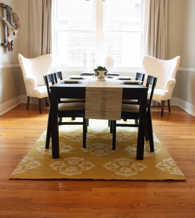 Một tấm thảm sọc là sự lựa chọn nhanh chóng để mang lại sự thanh lịch, năng động vào phòng ăn. Bảng màu đen và trắng là một lựa chọn cổ điển và sang trọng, trong khi những màu kẻ sọc đánh bay cảm giác đơn điệu. Yếu tố đơn sắc sẽ giúp phòng ăn của bạn trở nên quyến rũ hơn.