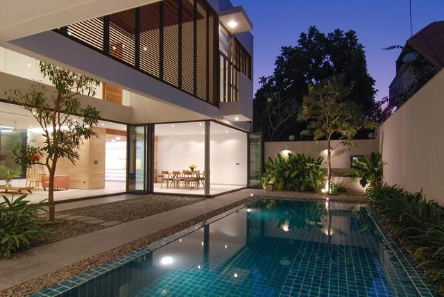 Bể bơi sân sau không chỉ là chỗ thư giãn của cả gia đình mà còn đem lại góc nhìn mát mẻ cho cả nhà. Cây xanh được lựa chọn kỹ lưỡng với lượng vừa phải tạo cảm giác sạch sẽ, tinh tế.