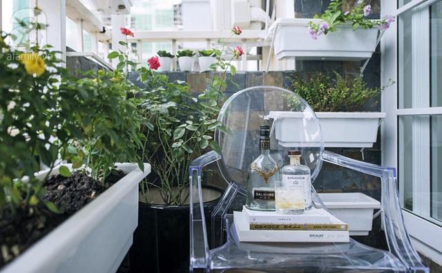 Sát phòng xem phim là ban công nhỏ, vợ chồng anh Thạch trồng hoa. Nhỏ thôi nhưng khu vườn này vẫn phát huy được sức sống cho căn hộ.