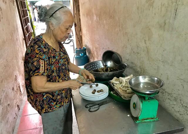 Bà Tiền chủ quán cháo lòng hơn 30 năm trên phố Lò Sũ giờ chỉ phụ giúp những lúc khách đông