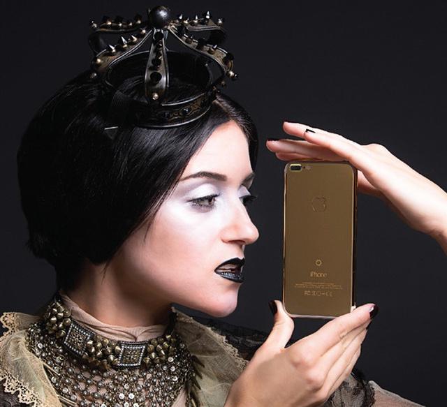 iPhone 7 Plus Classic 24K Gold của Luxury Brikk - hãng chuyên sản xuất phụ kiện siêu sang cho thiết bị di động và bán lẻ đồ xa xỉ. Giá bán của sản phẩm này cũng không dưới 200 triệu đồng.