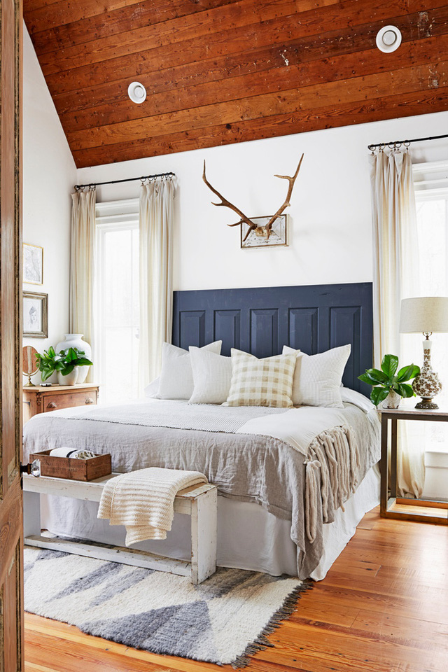 Phòng ngủ cũng được sử dụng bảng màu trung tính. Gia chủ ưu ái việc dùng màu be với sắc độ khác nhau cho tường, rèm cửa, chăn ga. Màu sàn gỗ đóng vai trò tạo sự ấm cúng và chiều sâu cho không gian.
