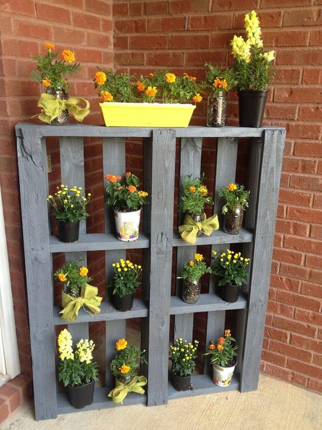 8. Đừng làm một góc vườn của bạn nhàm chán. Hãy trang trí nó bằng những chậu cây hoa tươi nho nhỏ trên những kệ gỗ như thế này.