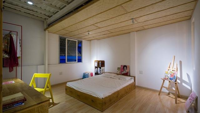Giường hộp với ngăn đựng đồ phía dưới, thêm bàn học nhỏ xinh tiện dụng.