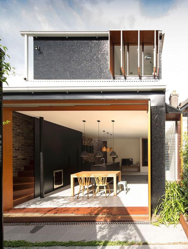 Cả mặt tiền của ngôi nhà được trực tiếp đón nắng, gió tự nhiên với rất nhiều ô thoáng và cửa sổ.