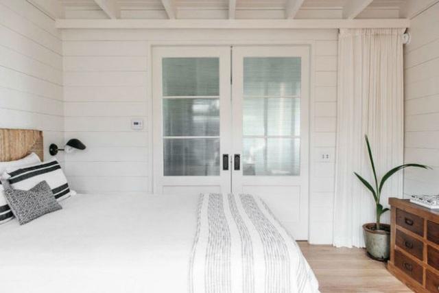 Màu sàn và nội thất như kệ, tranh treo tường, mành, ghế nghỉ được chọn chất liệu gỗ để cân bằng màu sắc cho căn phòng.