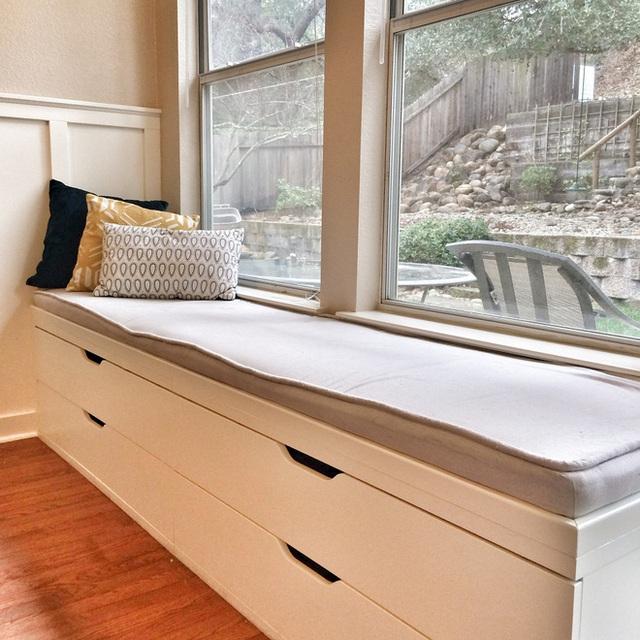 Để giữ cho ghế cửa sổ trắng của bạn tối giản nhất có thể, hãy thêm đệm xám vào cùng để cho hai tông màu pha trộn sẽ đúng theo phong cách bạn cần.