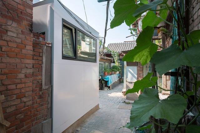 Căn nhà mới có 2 phòng ngủ, một bếp thông với phòng khách, một nhà tắm và vô cùng thoáng sáng nhờ những phần tường kính xanh ở khu khách - bếp. Lớp kính màu xanh đồng thời cũng mang đến cho không gian trong nhà vẻ đẹp lãng mạn, điều trước khi cải tạo, ngôi nhà không có được.