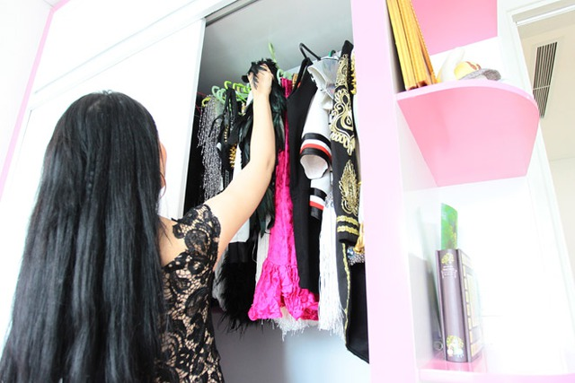 Tủ treo đồ của Linh Miu. Dù hoạt động nhiều ở trong Nam nhưng Linh Miu vẫn chuẩn bị nhiều bộ đồ ở nhà để mặc mỗi khi ra Bắc chạy show.