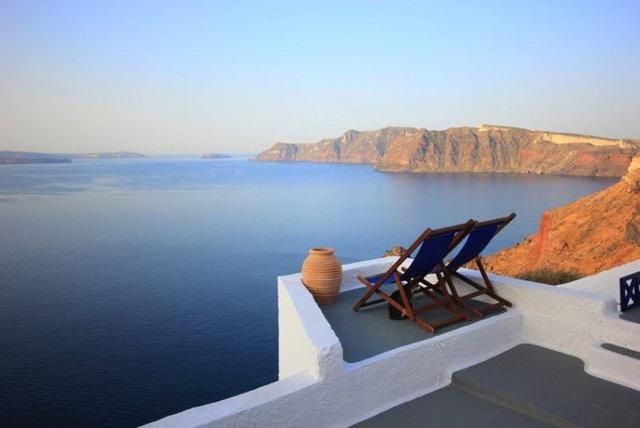 8. Nhỏ xíu nhưng tầm nhìn không chê vào đâu được, ngồi tại ban công này, bạn có thể ngắm cảnh biển tuyệt đẹp ở Santorini (Hy Lạp).