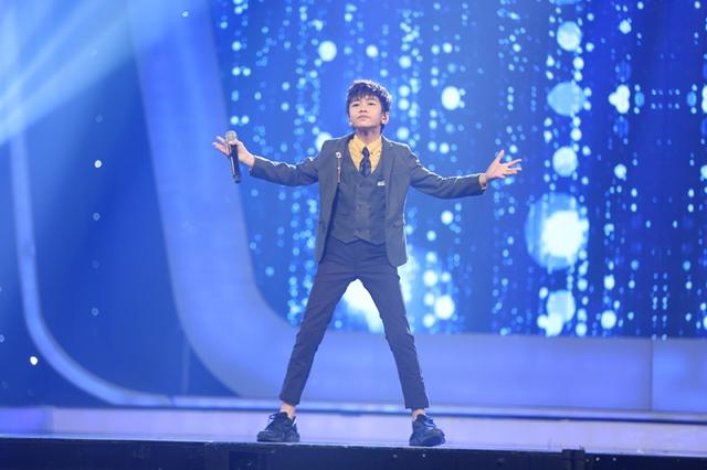 Dù chỉ đoạt ngôi Á quân nhưng Quốc Đạt cũng chiếm được tình cảm của khán giả tại trường quay bởi vẻ ngoài nam thần. Cậu bé solo ca khúc Con đường tôi ở phần đầu đêm thi.