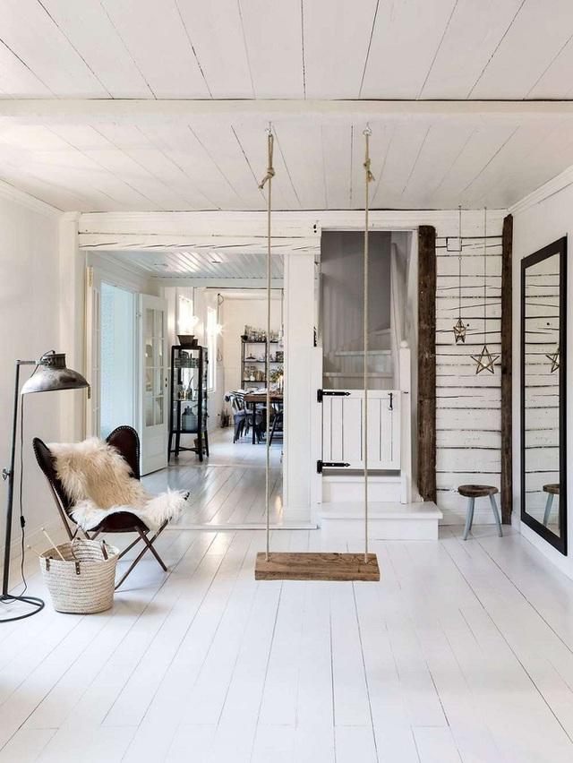 Một phòng khách nhà bạn thiết kế theo phong cách Scandinavia cũng có thể sử dụng swing như một điểm nhấn để trông thư giãn và thoải mái hơn.