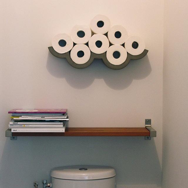7. Thay vì cất những cuộn giấy vệ sinh ở đâu đó, tại sao bạn không gắn nó lên tường để tạo thành một đám mây mềm mại trong phòng tắm. Tuy nhiên, chiếc kệ đựng giấy vệ sinh này có giá tương đối chát: 125$, khoảng gần 3 triệu đồng.