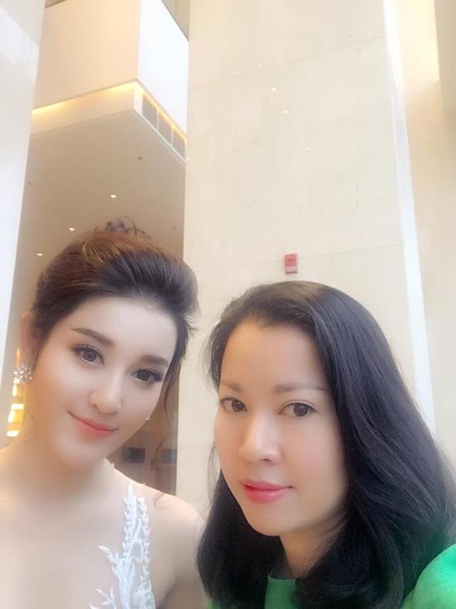 Đó chính là mẹ ruột của á hậu Huyền My xinh đẹp. Nhiều bức ảnh của hai mẹ con được cư dân mạng bình luận, trông giống như hai chị em vì mẹ Huyền My quá trẻ.