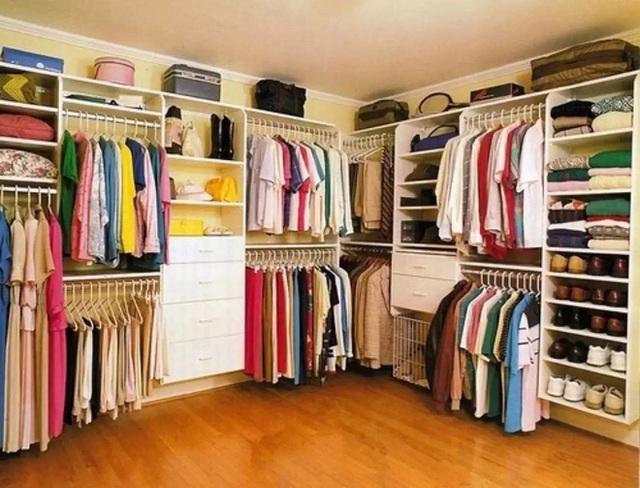 8. Sử dụng những chiếc móc phù hợp cho từng loại quần áo khác nhau không chỉ giúp tủ thêm đẹp mắt mà còn giúp bảo quản quần áo tốt hơn. Chẳng hạn như dùng loại móc có đệm cho những quần áo có chất liệu vải mỏng hay loại móc cứng cáp cho những chiếc áo khoác dày hơn.