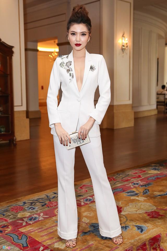 Hoa hậu sắc đẹp toàn cầu 2016 Ngọc Duyên thay đổi phong cách với bộ suit trắng cá tính.