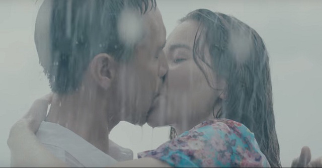 Hồ Ngọc Hà có nụ hôn nồng cháy với Kim Lý.