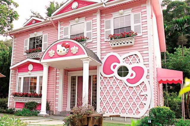 8. Mặt tiền ngôi nhà không chỉ đẹp lãng mạn mà còn tươi sáng với ý tưởng chọn màu hồng phấn kết hợp màu trắng để trang trí. Không gian mặt tiền được điểm tô thêm những họa tiết từ Kitty luôn tạo cảm hứng cho những bé gái yêu nhân vật hoạt hình này.