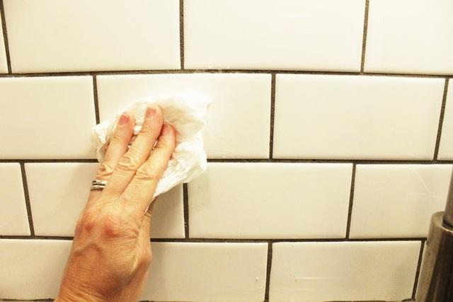 Rửa sạch bằng nước rồi dùng giấy mềm lau lại phần tường vừa cạo. Những vết bẩn và vết ố vàng sẽ không tồn tại nữa.