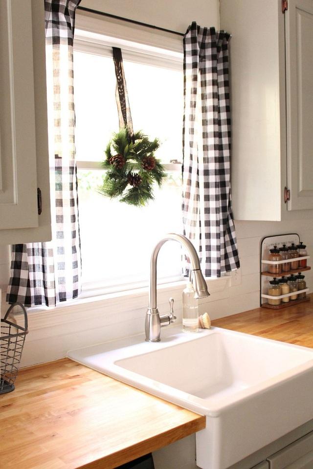 Bạn cũng có thể tự tạo ra mẫu rèm cửa của riêng mình bằng cách may các tấm vải đã lựa chọn. Rất đơn giản mà còn tốn ít chi phí, điều mà mỗi bà nội trợ đều tâm đắc.