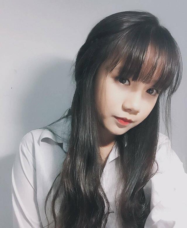 Ở trường, Trang cảm thấy mình được phái nữ yêu mến nhiều hơn phái nam. Trang là người hòa đồng, vui vẻ nên có nhiều bạn bè.