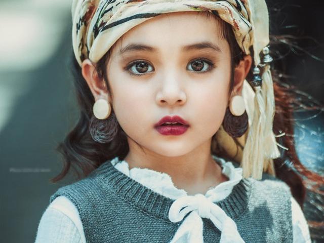Đôi mắt long lanh là điểm thu hút nhất trên gương mặt mỹ nhân nhí. Để Diệp Anh có hình ảnh ấn tượng tại các sự kiệnlớn, mẹ của bé rất kỳ công trong việc lựa chọn trang phục và phong cách trang điểm cho con.
