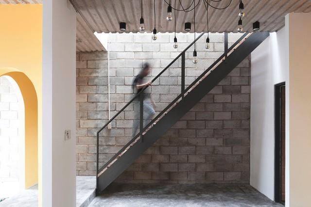 Do phương pháp thi công mới mẻ, thợ xây tại địa phương đã gặp không ít khó khăn.