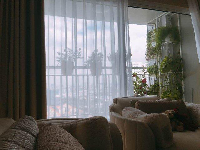 Ngay sát phòng khách là ban công nhỏ có tầm nhìn tuyệt đẹp.