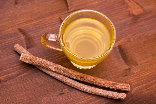 Được bán ở hầu hết các cửa hàng dược phẩm cho sức khỏe, trà cam thảo là một phương thuốc tuyệt vời để điều trị và loại bỏ vết loét lan ra. Sử dụng một túi trà pha vào mỗi cốc nước sôi, đậy trong 10 phút và uống.
