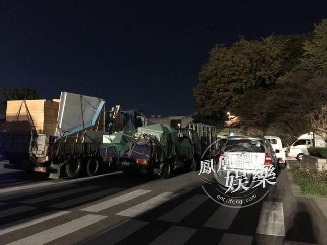 Hàng chục xe tải chở đồ được đưa đến trong đêm. Ảnh: Phượng Hoàng.