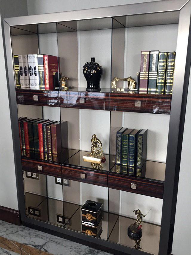 Kệ sách cũng thể hiện đẳng cấp của chủ sở hữu căn hộ với những tác phẩm trưng bày được làm từ vàng khối.
