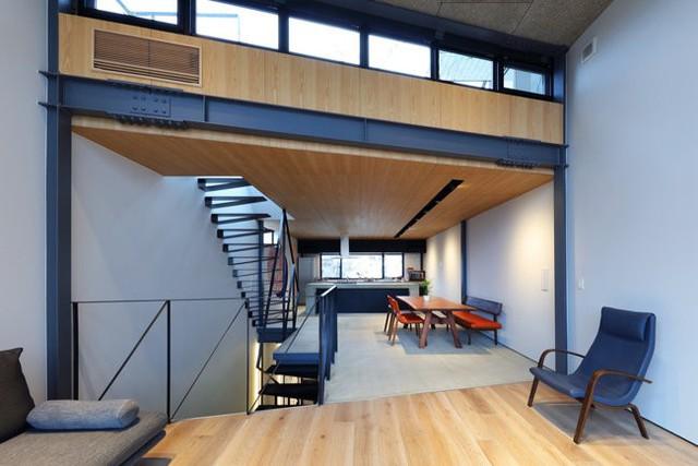 Tầng trệt của ngôi nhà là khu vực tiếp khách. Tầng 2 là phòng ngủ chính. Tầng 3 là khu vực sinh hoạt chung, bếp và bàn ăn. Cuối cùng là sân thượng với mái kính và một khu vườn xanh mướt mắt.