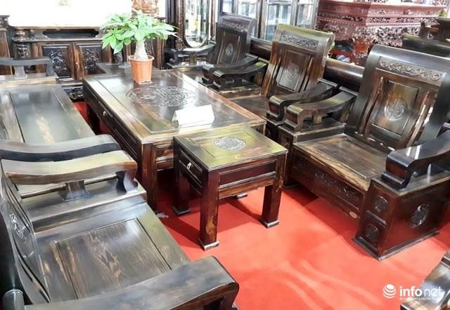 Bộ ghế tân cổ điển làm bằng gỗ giáng hương đỏ của Lào gồm 6 món có giá hơn 388 triệu đồng.