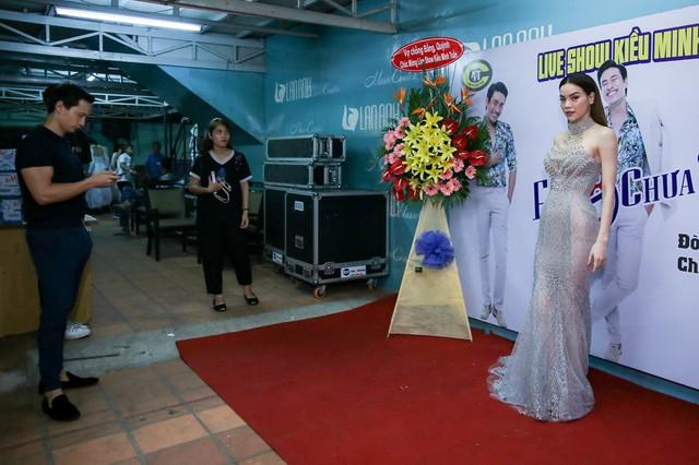 Sau chuyến lưu diễn Úc cùng nhau, Kim Lý tiếp tục đồng hành cùng Hồ Ngọc Hà khi đi diễn. Đêm qua, nam diễn viên đi cùng bạn gái tuy nhiên họ tránh đứng cạnh nhau.