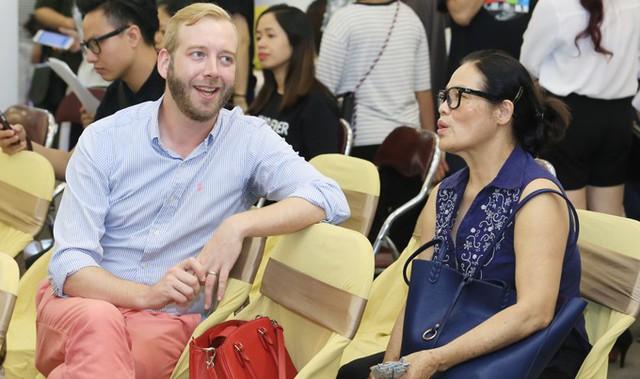 Trong lúc Ngô Phương Lan trả lời truyền thông và giao lưu với khán giả, ông xã ngoại quốc và mẹ cô ngồi trò chuyện vui vẻ.