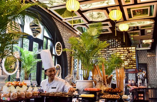 Không gian bếp ăn sang trọng lấp lánh ánh sáng đèn lồng, nơi chế biến các món ăn trong tiệc chiêu đãi 21 nhà lãnh đạo APEC.