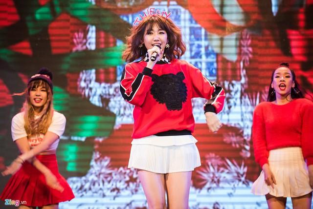 Cuối chương trình, Hari Won gửi tặng fan bài hát chúc mừng giáng sinh trong MV sắp phát hành.