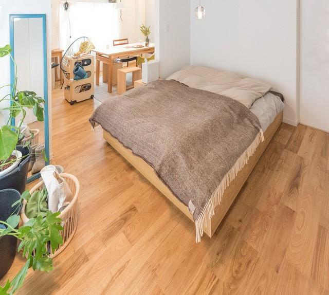 Phòng ngủ đơn giản nhưng ấm cúng.