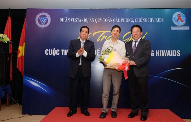 Ban Tổ chức trao giải cho tác giả có tác phẩm đạt giải Ba. Ảnh: Trần Minh