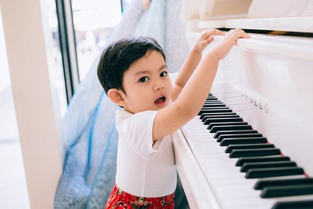 Kubi hơn 2 tuổi rưỡi, rất kháu khỉnh và năng động. Bố mẹ không hướng nhóc tỳ theo nghệ thuật nhưng cậu bé khá thích âm nhạc.