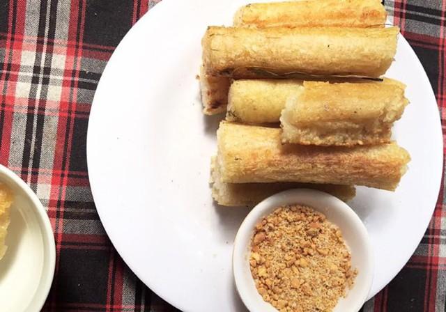 Cơm lam được nấu trong ống nứa non, ngấm được vị ngọt và mùi thơm của nứa, khi bóc ra còn dính lớp áo mỏng, chấm cùng muối vừng. Món ăn tuy đơn giản nhưng rất cuốn hút thực khách.