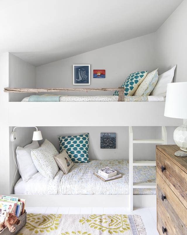 Một phòng ngủ giường tầng cho hai cô con gái của chủ nhà được bố trí trong một phần không gian của tầng áp mái.