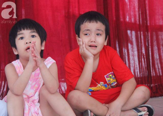 Bé trai khoảng 5 tuổi hay có những biểu hiện khờ khạo, không vui vẻ cùng các bạn