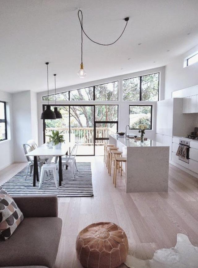 9. Không gian mở với màu trắng và rất sáng nhờ cửa kính, thiết kế với tone màu đen và trắng cùng vài món đồ gỗ màu sáng.