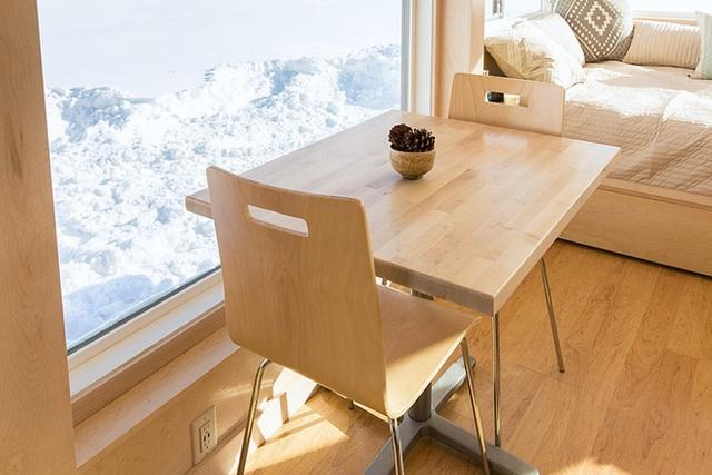 Bộ bàn ghế ăn được đặt ngay cạnh giường ngủ, nơi mọi người trong nhà có thể thoải mái thưởng thức những bữa ăn, hay nhâm nhi tách trà chào buổi sáng, đọc sách hay làm việc vào buổi tối.
